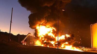 Bomberos logran controlar incendio en una zona de refinerías en el este de la Bahía