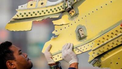 El avión que se estrelló en Indonesia entró intacto al agua y se rompió en pequeños fragmentos, según investigación