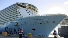 """""""Dos pasos adelante y uno atrás"""": retrasan la salida de crucero de Royal Caribbean por coronavirus"""