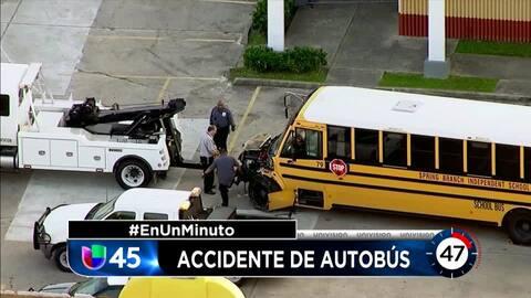En Un Minuto Houston: Investigan el choque entre un autobús escolar y un camión de basura en el noreste de la ciudad