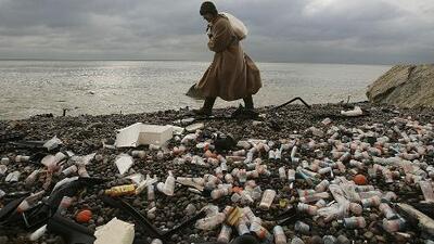 Cómo el plástico está acabando con el medio ambiente y por qué va a volverse parte de la cadena alimenticia