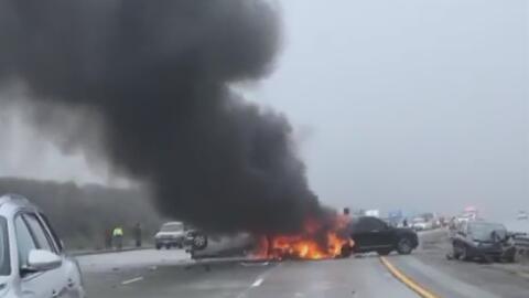 Al menos 30 vehículos están involucrados en un accidente múltiple en el sur de California