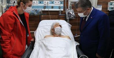 Rescatan a un hombre de 70 años tras pasar más de 34 horas bajo los escombros causados por el terremoto en Turquía