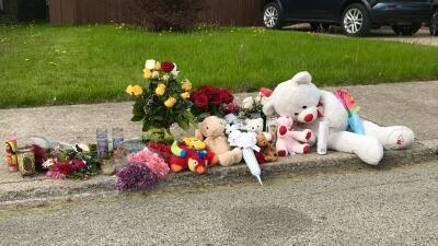 Levantan altar improvisado frente a casa donde fue encontrado el cuerpo de Marlen Ochoa