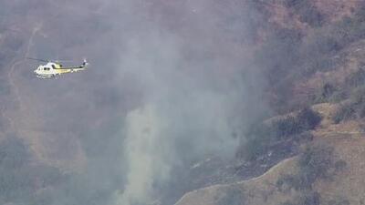 Bomberos combaten un incendio de maleza en el área de Montecito en el sur de California