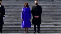 Diseñador que confeccionó el vestido que llevaba Kamala Harris habla del orgullo que sintió cuando lo vio en la toma de posesión