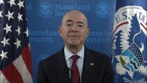 El DHS advierte que está expulsando a inmigrantes adultos solteros y familias