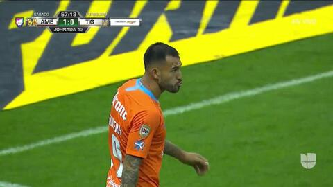 Victor Aguilera despeja el balón y aleja el peligro