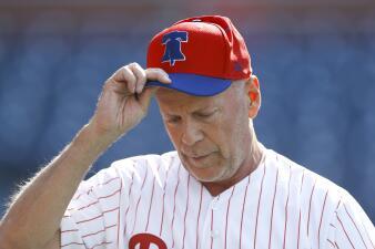 ¿Duro de lanzar? Ridículo épico y abucheo a Bruce Willis en un partido de la MLB
