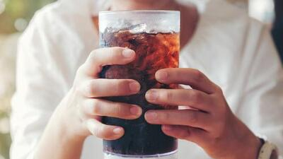 """Beber dos o más bebidas """"light"""" al día incrementa el riesgo cardíaco en las mujeres"""