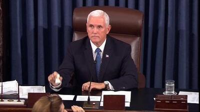 Manifestantes interrumpen a gritos a Mike Pence al comienzo del voto por Kavanaugh en el Senado
