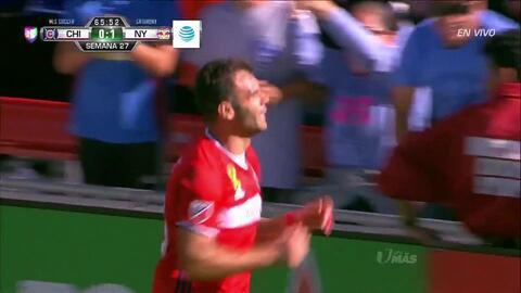 Goooolll!! Nemanja Nikolic mete el balón y marca para Chicago Fire