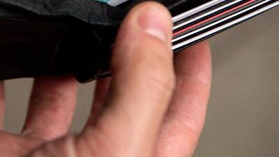 Habla la mujer que se llevó una billetera de un restaurante de Miami