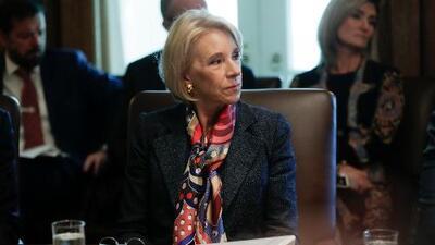 Jueza federal declara en desacato a Betsy DeVos por violar una orden judicial sobre préstamos estudiantiles