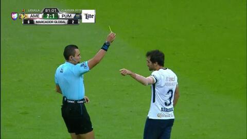 Tarjeta amarilla. El árbitro amonesta a Alejandro Arribas de Pumas UNAM