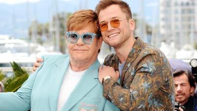 En un carro lleno de brillantes: así fue la espectacular llegada de Elton John a la premiere de 'Rocketman'