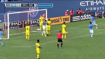 Jesús Medina aprovecha el error del portero y con un zurdazo abre el marcador, NY City 1-0 Columbus