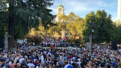 Cientos de personas se reúnen en el parque César Chávez en Sacramento para un mitin político del Senador Bernie Sanders