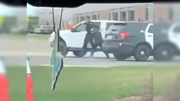 Un hombre arrastra a un policía con su carro y acaba golpeándole en la cabeza con un martillo