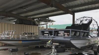Botes, camiones y un helicóptero: algunos equipos en el condado Harris para hacerle frente a la tormenta