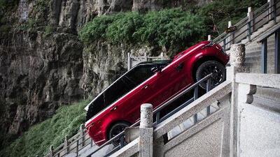 La Range Rover Sport P400e asciende 999 escalones hasta la 'Puerta del Cielo'