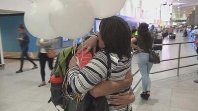 Madre inmigrante se reencuentra 13 años después con su hijo, del que nunca se pudo despedir