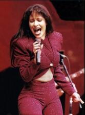 Estas son las famosas que rinden tributo al inolvidable look de Selena