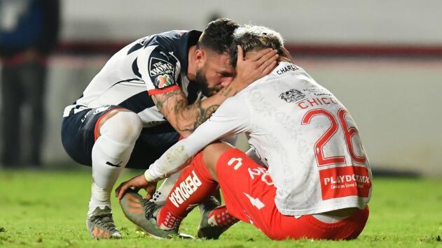 Miguel Layún consuela al Cristian Calderón