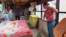 Necesitan ayuda: Esta familia vive en un viejo autobús olvidado en una carretera de Venezuela