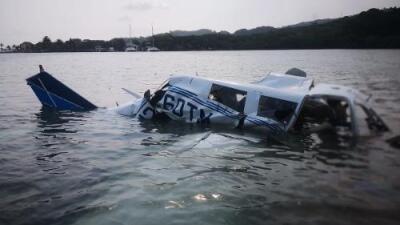 Cinco muertos al caer una avioneta en la zona turística de Roatán, Honduras