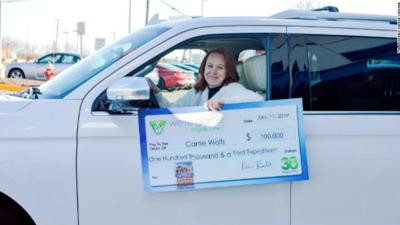 A su esposo no le pagaron por el cierre del gobierno, pero ella se ganó $100,000 y una SUV en lotería