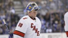 Guardameta de 42 años con trasplante de riñón gana juego en la NHL