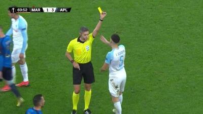 Tarjeta amarilla. El árbitro amonesta a Lucas Ocampos de Marseille