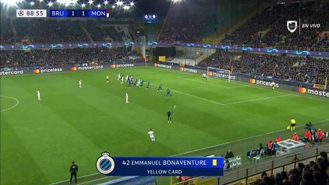 Tarjeta amarilla. El árbitro amonesta a Emmanuel Bonaventure Dennis de Club Brugge
