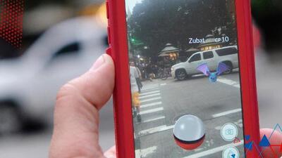 Policía encuentra a hombre con 8 celulares y estacionado en el carril de emergencia jugando Pokemón Go
