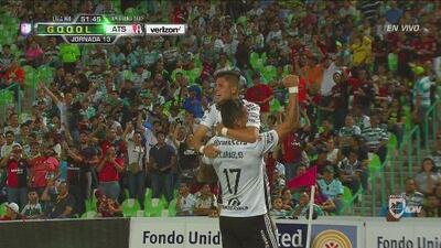 Milton Caraglio le baja un gran balón a Bryan Garnica que hace el 1-0 de Atlas sobre Santos