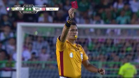 ¡Expulsión! El árbitro saca la roja directa a Luis Felipe Gallegos