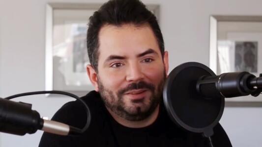 José Eduardo Derbez apuesta por el humor negro y unos tequilas para conquistar a todos con 'Pedcast'