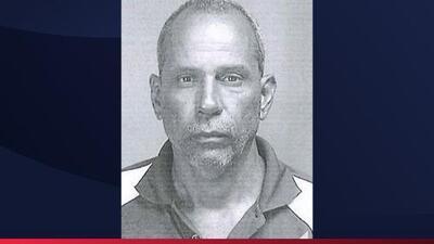 Arrestan vestido de mujer a hombre acusado por asesinato