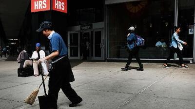 Negocios con más de 11 empleados en Nueva York tendrán que aumentar el salario mínimo desde este lunes
