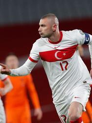 Burak Yilmaz (15, 34´) abrió el arcador y creció la ventaja desde los once pasos; Calhanoglu (46') marcaba el tercero para golear a los neerlandeses. Klaassen (75') descontaba y Luuk de Jong (76') metía a los dirigidos por Frank de Boer al partido. Burak (81') volvió a aparecer para marcar el cuarto de Turquía que consiguió los primeros tres puntos del Grupo G.