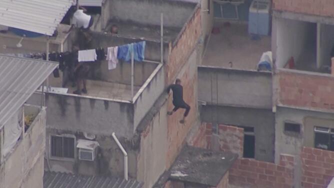 Un operativo desata una intensa persecución sobre los techos de una favela en Río de Janeiro