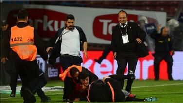 Árbitro es agredido por un aficionado en el fútbol turco