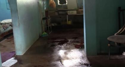 El occiso presentaba múltiples heridas de arma blanca en diferentes partes del cuerpo y fue encontrado en el área de la cocina de la residencia ubicada en el sector Hoyo 1 del barrio Cupey en San Juan.