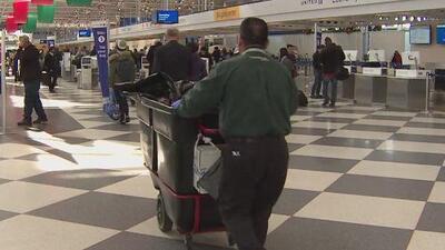 Trabajadores en aeropuertos de Chicago ganarán más dinero y tendrán más seguridad laboral
