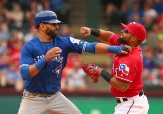 Golpes y jaloneos en el partido de Rangers vs Blue Jays