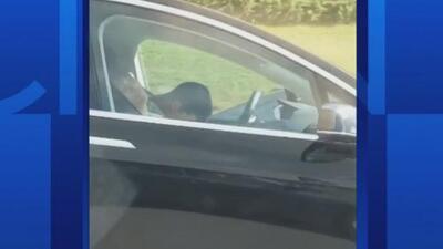 Sorprenden a un conductor y a su acompañante dormidos mientras viajaban a 60 millas por hora en un Tesla