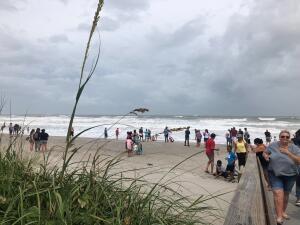 Fotos: A la playa a ver 'pasar' el huracán Dorian que está esquivando a Florida