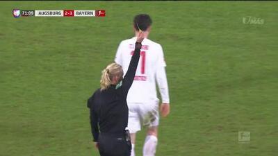 Tarjeta amarilla. El árbitro amonesta a Leon Goretzka de FC Bayern München