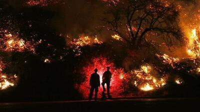California está en alerta morada por los incendios provocados por los vientos de hasta 70 millas por hora